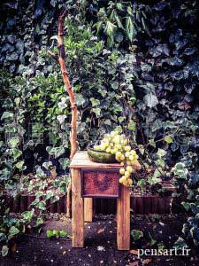 Tabouret en bois massif avec branche sculptée