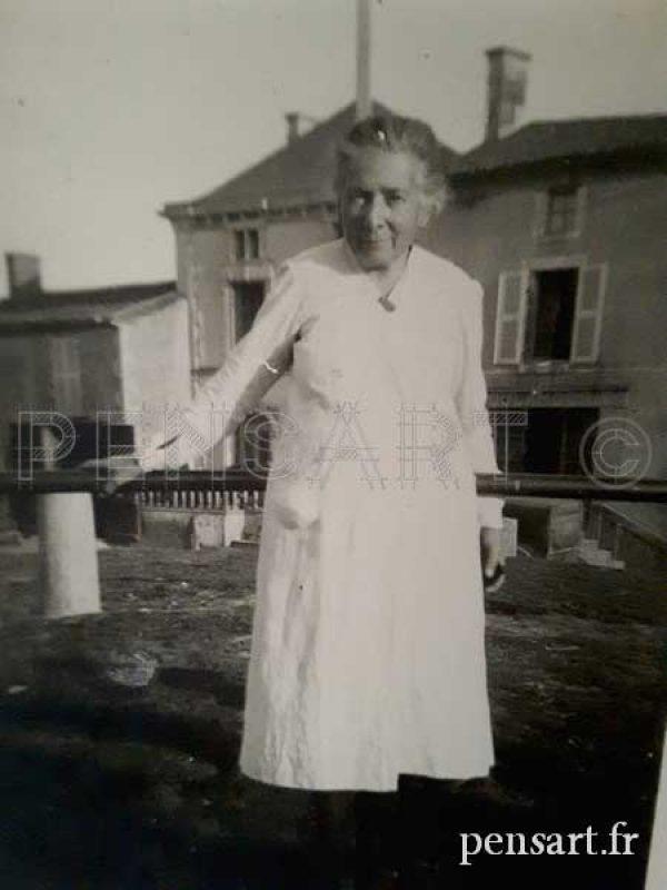 Photo guerre mondiale- Une vieille dame en blanc