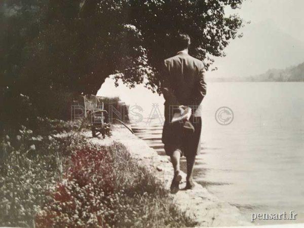 Un homme près d'un lac- Photo d'époque