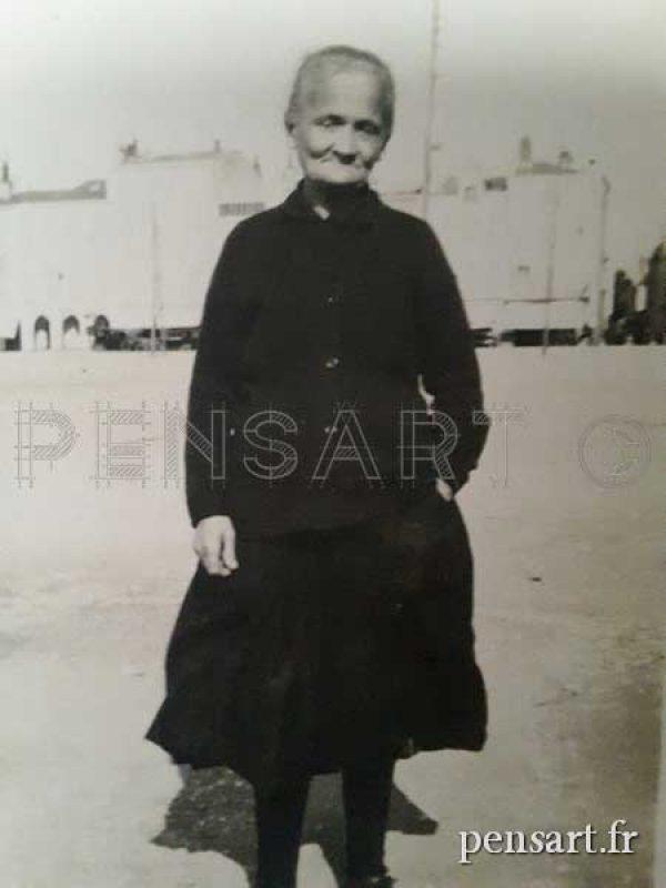 Une vieille dame en deuil- Photo noir et blanc