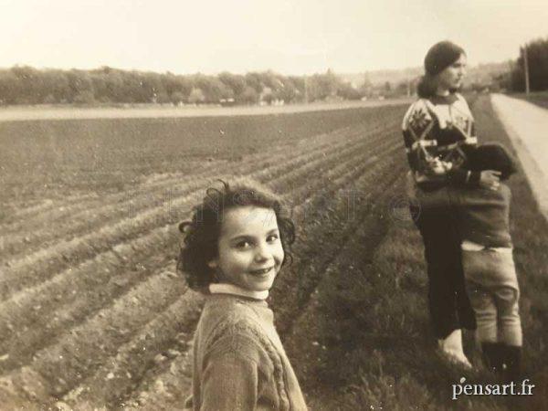 Photographie noir et blanc- Une jeune fille souriante